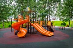 O campo de jogos colorido para crian?as no parque foto de stock