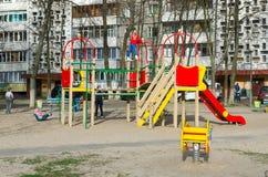 O campo de jogos das crianças no pátio do prédio de apartamentos, Gomel, Foto de Stock Royalty Free