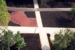 O campo de jogos das crianças novas exterior no distrito da cidade no dia de verão Fotografia de Stock