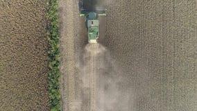 O campo do feijão de soja, máquina agrícola da vista superior durante a estação do recolhimento colhe vídeos de arquivo