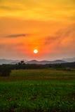 O CAMPO e o Mountain View com natureza do céu do por do sol ajardinam o fundo Imagens de Stock