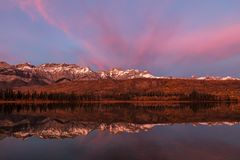 O canadense Montanhas Rochosas no outono em Jasper National Park, Alberta, pode Fotografia de Stock Royalty Free