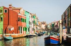 O canal alinhou com casas coloridas em Burano, Itália fotos de stock royalty free