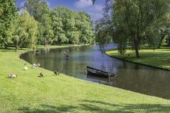 O canal com os jardins nos arredores de kampen Holanda holandesa fotografia de stock