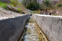 O canal da irrigação chamou o falaj na vizinhança de Muscat, Omã fotografia de stock