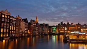 O canal de Damrak, Amsterdão Imagens de Stock Royalty Free