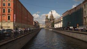 O canal de Griboedov e a igreja do salvador no sangue derramado em St Petersburg Rússia video estoque