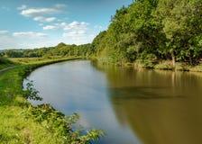 O canal de Leeds Liverpool em Gathurst, perto de Wigan sob céus azuis Fotografia de Stock