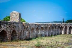 O canal de pedra do arco para o transporte da água ao castelo de Pylos, Peloponnese imagens de stock