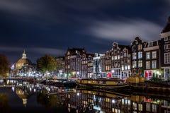 O canal de Singel em Amsterdão na noite fotografia de stock