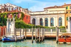 O canal de Veneza com casas luxuosos e barcos amarrou, Itália imagens de stock royalty free