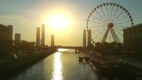 O canal e os ferris de Al Qasba rodam dentro a cidade de Sharjah, Emiratos Árabes Unidos vídeos de arquivo