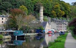 O canal e o porto hebden dentro a ponte com os barcos na água, no caminho de sirga e nas árvores circunvizinhas do montanhês Foto de Stock Royalty Free