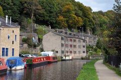 O canal e o porto hebden dentro a ponte com os barcos na água, no caminho de sirga e nas árvores circunvizinhas do montanhês Fotografia de Stock