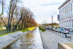 O canal estreito da cisne em St Petersburg foto de stock