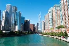 O canal no Chicago River com construções e skyline dos arranha-céus e o trunfo elevam-se Imagem de Stock