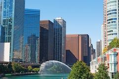 O canal no Chicago River com construções e skyline dos arranha-céus e o trunfo elevam-se Fotografia de Stock