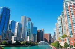 O canal no Chicago River com construções e skyline dos arranha-céus e o trunfo elevam-se Imagens de Stock