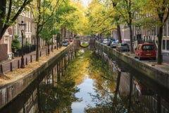 O canal Oudezijds Achterburgwal no distrito de luz vermelha Foto de Stock Royalty Free