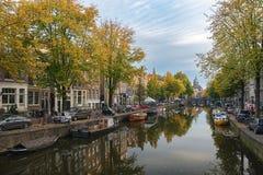 O canal Oudezijds Voorburgwal no distrito de luz vermelha Imagem de Stock