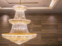 O candelabro de cristal brilha a suspensão do teto na sala fotos de stock royalty free
