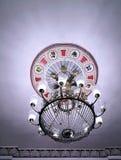 O candelabro de cristal do cl?ssico bonito do vintage brilha foto de stock