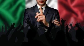 O candidato italiano fala à multidão dos povos foto de stock royalty free