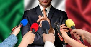 O candidato italiano fala aos repórteres - conceito do jornalismo fotos de stock