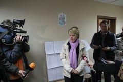 O candidato para o prefeito da oposição Evgeniya Chirikova de Khimki diz journalistas sobre violações eleitorais Fotografia de Stock