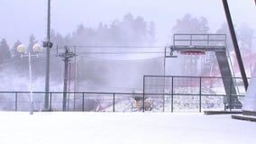 O canhão da neve derrama a neve na inclinação do esqui vídeos de arquivo