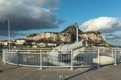 O canhão enorme velho no ponto do Europa está protegendo a baía do mar de Gibraltar Foto de Stock