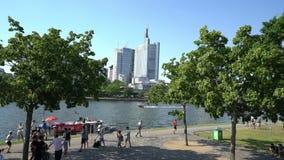 O cano principal de rio em Francoforte filme