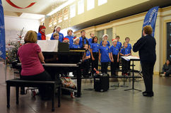 O cantanti dei ragazzi del coro dei bambini Immagine Stock
