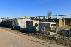 O canteiro de obras com tubulação e concreto para construir abriga o sur Fotografia de Stock Royalty Free