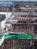o canteiro de obras da Pássaro-vista, trabalhadores trabalha a estrutura com cimento Fotografia de Stock Royalty Free