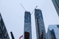 O canteiro de obras do arranha-céus do condomínio que enfrenta uma elevação mais velha aumenta em Toronto do centro, imagens de stock