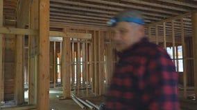 O canteiro de obras home residencial quadro perto acima de um tiro largo de uma construção home nova com alguma parede moldada ac video estoque