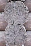 O canto da casa de log, feito cortando o ` no ` do ` do oblo em um ` do copo fotografia de stock