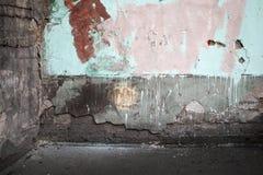 O canto de um abstrato esvazia o interior urbano abandonado Imagem de Stock