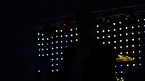 O cantor canta a música na cena da noite video estoque
