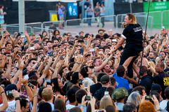 O cantor da faixa da música de Arcade Fire executa com a multidão no concerto no festival 2017 do som de primavera Foto de Stock Royalty Free