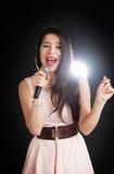 O cantor fêmea canta em um microfone Fotografia de Stock Royalty Free