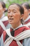 O cantor fêmea da minoria de Naxi executa em um jardim, Lijiang, China Fotografia de Stock Royalty Free