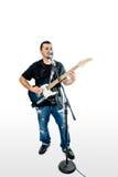 O cantor Guitarist no branco inclina-se para trás foto de stock royalty free