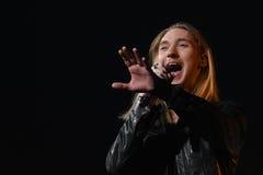 O cantor Ivan Aleksander Ivanov executa na fase durante concerto do aniversário do ano de Viktor Drobysh o 50th em Barclay Center Foto de Stock