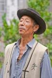 O cantor masculino da minoria de Naxi executa em um jardim, Lijiang, China Fotografia de Stock Royalty Free