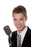 O cantor novo com mic retro canta o karaoke Fotos de Stock Royalty Free