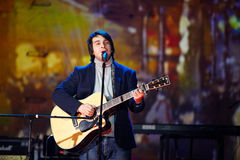 O cantor Peter Nalitch executa na fase Imagens de Stock Royalty Free