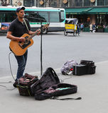 O cantor que joga na rua, Paris, france Foto de Stock