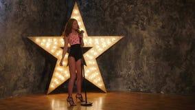 O cantor 'sexy' da mulher com o microfone, brilhando protagoniza em filme